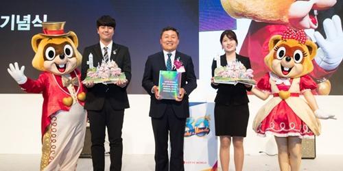 롯데월드, 개원 30돌 기념해 사사 내고 전국 국공립도서관에 배포